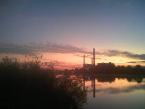 夕日に向かって走りたいけど湖があるから走れない